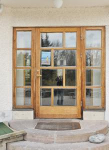 Dörr och fönster i ekträ.